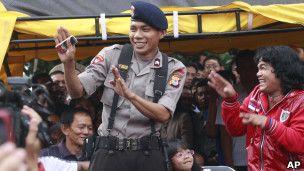 Un policía cantó lo que no debía y se hizo famoso
