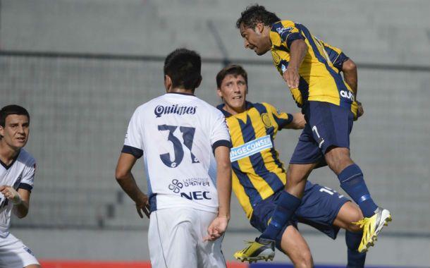 El Sapito mete el frentazo que pega en el palo y entra. Fue el goleador del partido en el sur bonaerense.