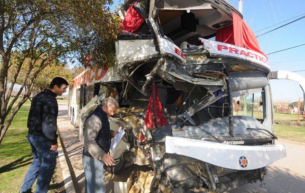 El frente del micro de la empresa El Práctico quedó destruido por el violento impacto con el camión. (Foto: S. Toriggino)