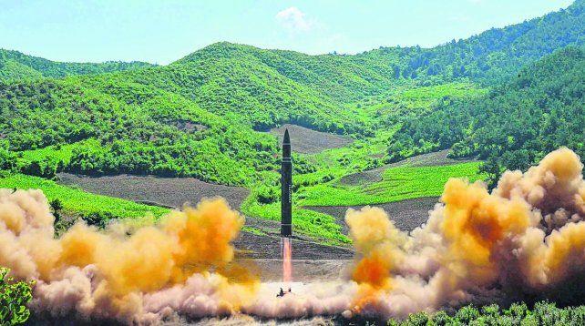 Desafío. El misil bautizado Hwason-14 alcanzó una altura de 2.800 metros. El dictador norcoreano Kim Jong-un supervisó el lanzamiento.