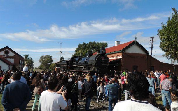 """La centenaria """"La Emperatriz"""" llegó a la ciudad que debe su fundación al paso del primer tren."""