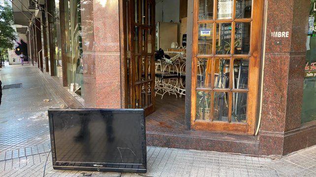El bar de Laprida y Santa Fe. Los ladrones optaron por dejar el televisor del local en la vereda.