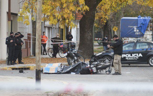 Un policía murió tras ser arrollado por un colectivo en una esquina del barrio Cura. El uniformado se trasladaba en una moto