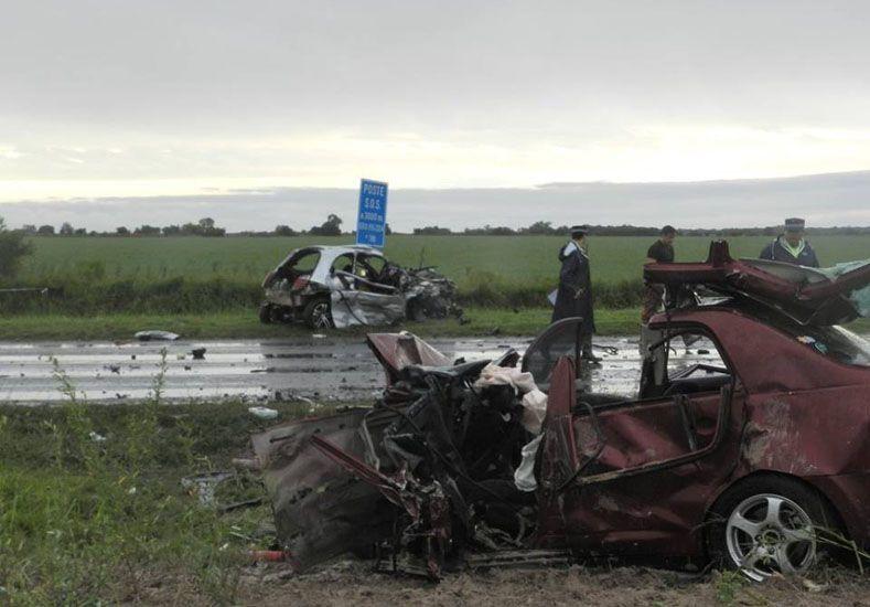 trágico. Así quedaron los vehículos tras el choque. De milagro se salvó el chofer y un menor a bordo del Nissan. (Gentileza Nueva Zona)
