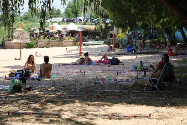 En la playa. El balneario municipal baigorriense se adaptó a las normas en este tiempo de pandemia para que los visitantes disfruten del sol y el río.