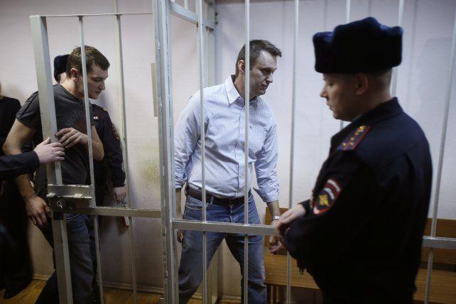 Navalny, pese a estar aislado en prisión, sigue causando preocupación en el círculo de Putin. Su partido llama a votar a los pocos candidatos independientes que quedan.
