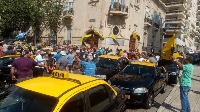 Los taxistas y remiseros volvieron a protestar contra el posible desembarco de Uber. Esta vez lo hicieron frente al Concejo.