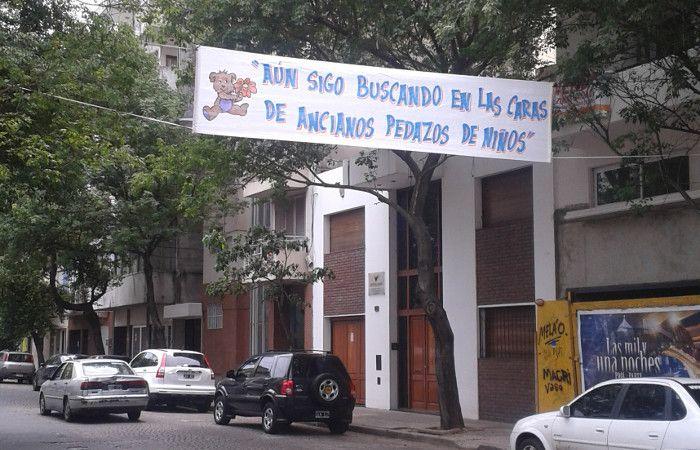 Uno de los pasacalles que por estos días adorna calle Zeballos.