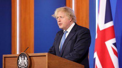 El primer ministro Boris Johnson anunció este lunes la postergación de la reapertura.