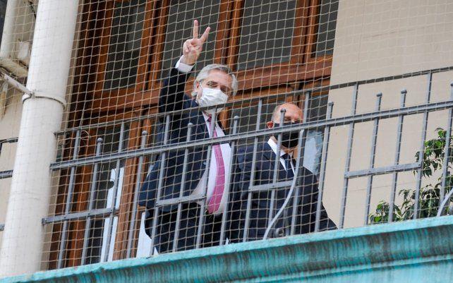 El presidente Alberto Fernández hace la V de victoria junto al gobernador Omar Perotti por los pasillos de Gobernación.