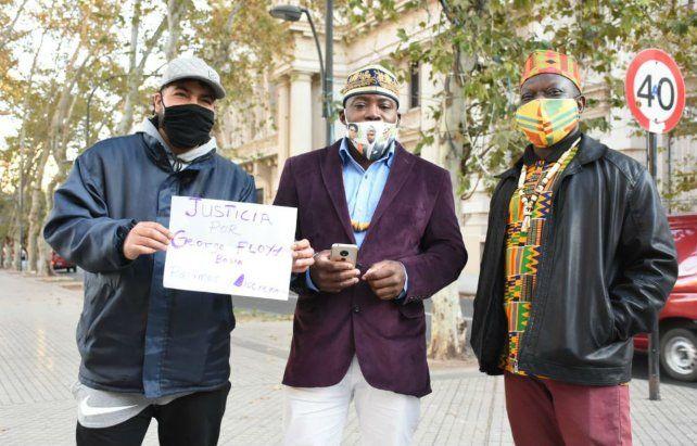 Los africanos realizaron un pedido en las puertas de la Gobernación. (Foto: Mauro Yasprizza)