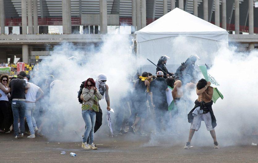Protesta. Manifestantes de tres ONG y estudiantes cuestionaron los multimillonarios gastos.