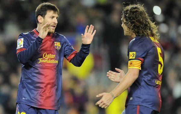 Messi festeja un gol con el defensor Carles Puyol.