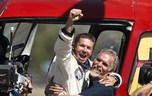 Baumgartner se tiró e hizo cuatro minutos y 20 segundos en caída libre. Luego abrió el paracaídas y aterrizó en Nueva México.
