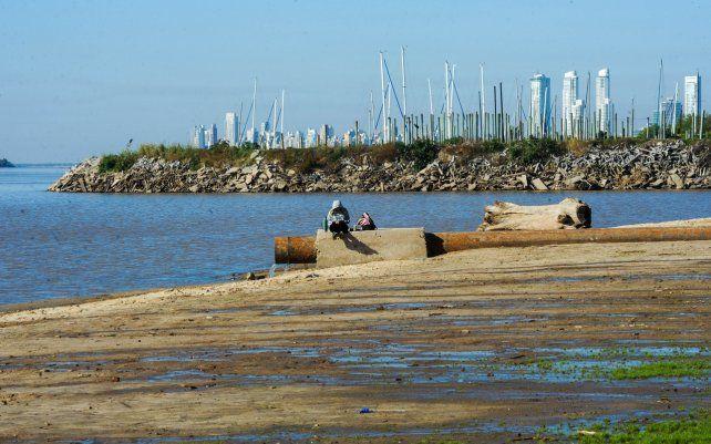 Marcada bajante de la altura del río Paraná. Una imagen de la playa de rambla Catalunya muestra la situación hídrica del rio.