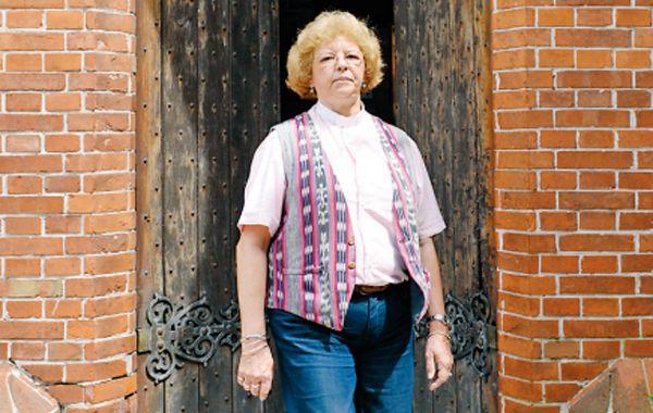 Mónica Tompkins es la primera pastora de al Iglesia Anglicana.