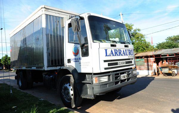 Abandonado. El camión quedó frente a una canchita de fútbol de Fraga y French con los empleados encerrados. (foto: Virginia Benedetto)