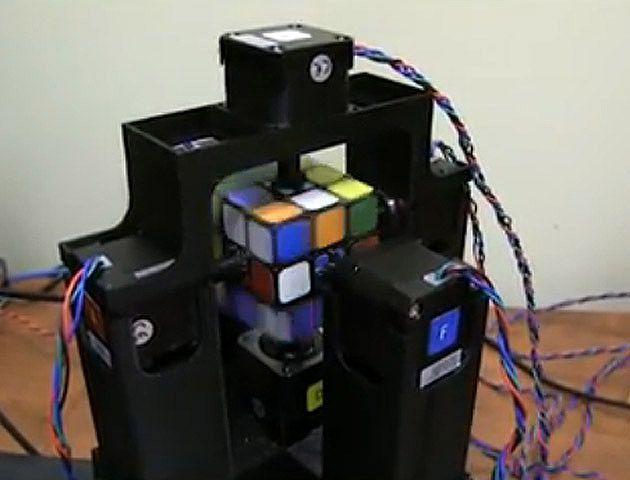 Un segundo y fracción demora el robot en lograr resolver un cubo Rubik