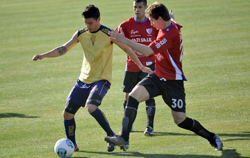 El goleador. Nery Domínguez marcó los dos goles del triunfo canalla