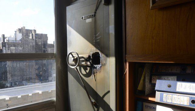 Robaron en varias oficinas ubicadas en Córdoba 1330 y se llevaron más de dos millones de pesos. Testigos y damnificados estiman que el atraco ocurrió entre la tarde del lunes y la madrugada del martes.