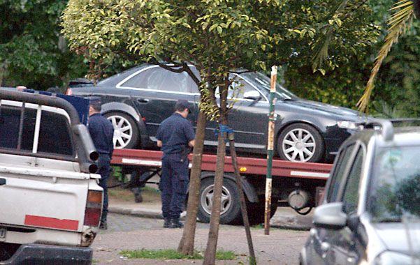 El Audi negro fue hallado estacionado junto al cordón en General Roca al 2.400