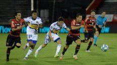 Maxi Rodríguez escapa a la marca de Capaldo en el partido jugado en el Coloso que ganó Boca.