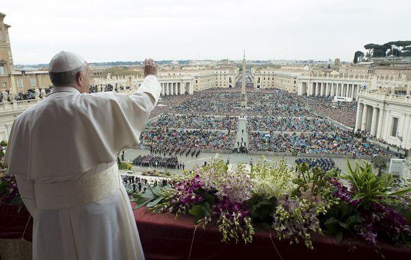 """urbi et orbi. El Papa habló ante una multitud en la plaza San Pedro. Pidió """"un mundo más seguro y fraterno""""."""