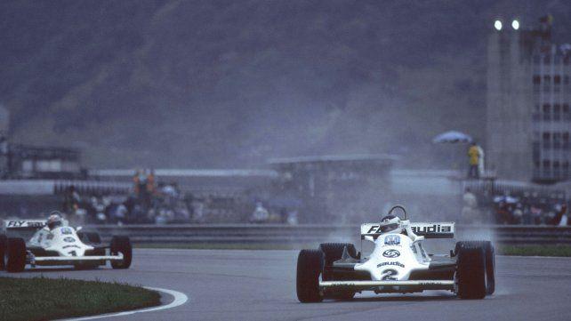 Reutemann controla a Jones sobre el piso inundado de Jacarepaguá. Nunca lo dejó acercar y ese triunfo marcaría un antes y un después en su relación con el australiano y Frank Williams.