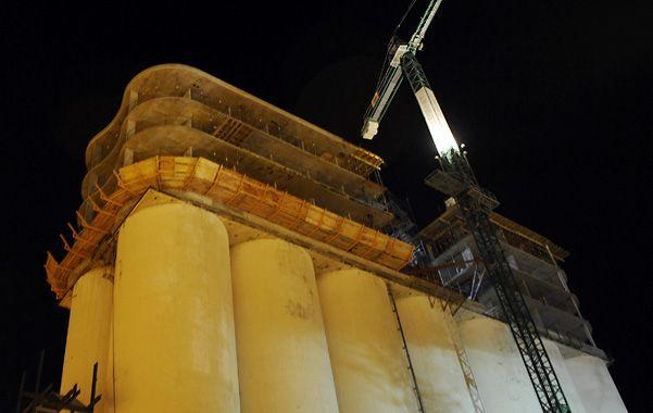 La estructura. El hotel del complejo Ciudad Rivera se levanta sobre los viejos silos portuarios que estaban en desuso.
