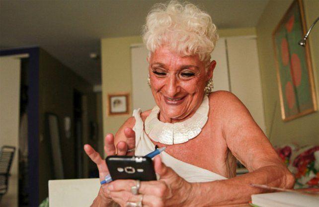 Tiene 83 años, es un éxito en Tinder y ya tuvo citas con más de 50 hombres