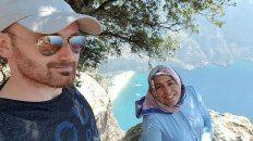 Hakan Haysal y la última foto junto a su esposa Semra. Minutos más tardes la empujó por el acantilado.
