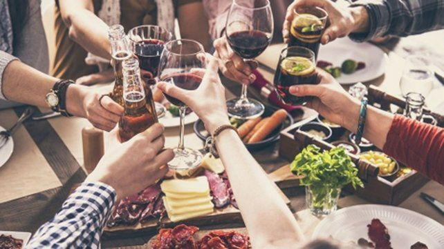Prohibidos. Los encuentros sociales y familiares no podrán celebrarse.