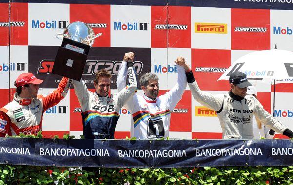 Podio Masivo. Girolami (2º de la izquierda) celebra el título en el podio. Ardusso (derecha) también festeja.