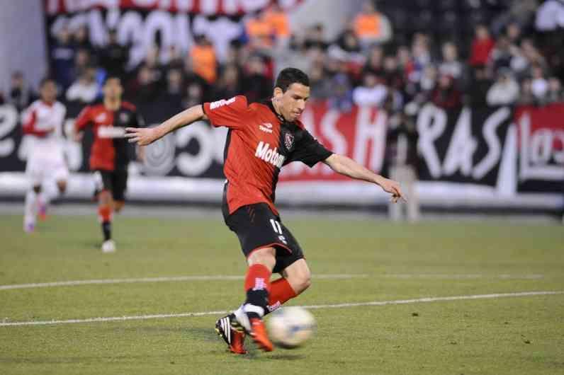 Maxi Rodríguez fue el mejor jugador del partido a partir de su panorama para administrar la pelota y sacar de la galera un gol de excelente factura. (Foto: A.Amaya)