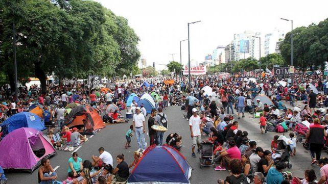 Organizaciones sociales armaron un campamento en la 9 de Julio.