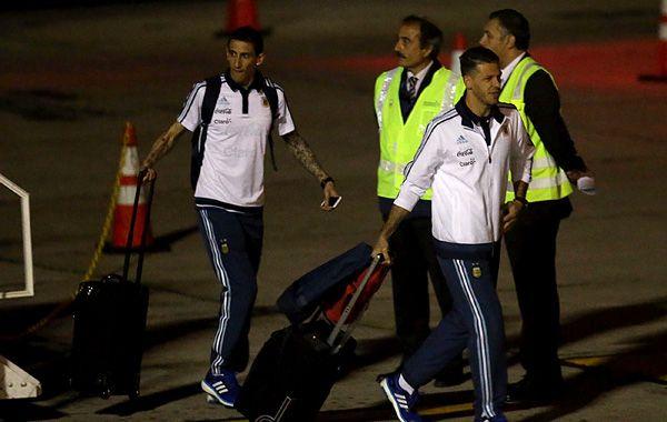 Di María y Demichelis en el aeropuerto de La Serena.