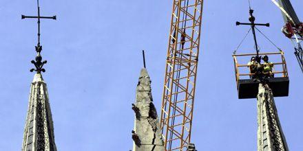 Retiraron de iglesia porteña una cruz de media tonelada que estaba por caerse
