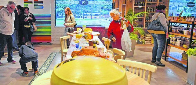 aromas y sabores. Una mesa con quesos irresistibles es una de las numerosas atracciones que tiene este nuevo paseo gastronómico.