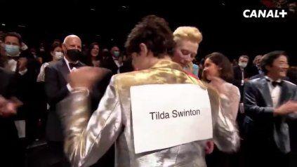 Tilda Swanson y Timothee Chalamet juegan bromas de secundaria en la premiere de The French Dispatch en Cannes.