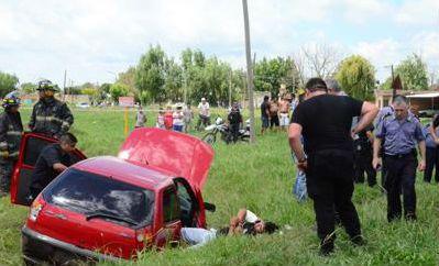 La policía realiza pericias en el lugar donde tuvo lugar el enfrentamiento con los delincuentes.