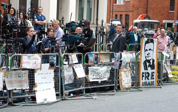 El frente de la embajada ecuatoriana en Londres luce totalmente vallado ante la decisión de otorgar asilo a Julian Assange.
