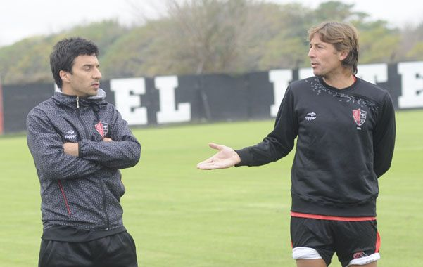 Referentes. Nacho habla con Heinze en la práctica. (foto: Sergio Toriggino)