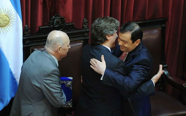 Abrazos. Amado Boudou saluda a Gerardo Zamora al momento de ser nombrado presidente provisional del Senado.