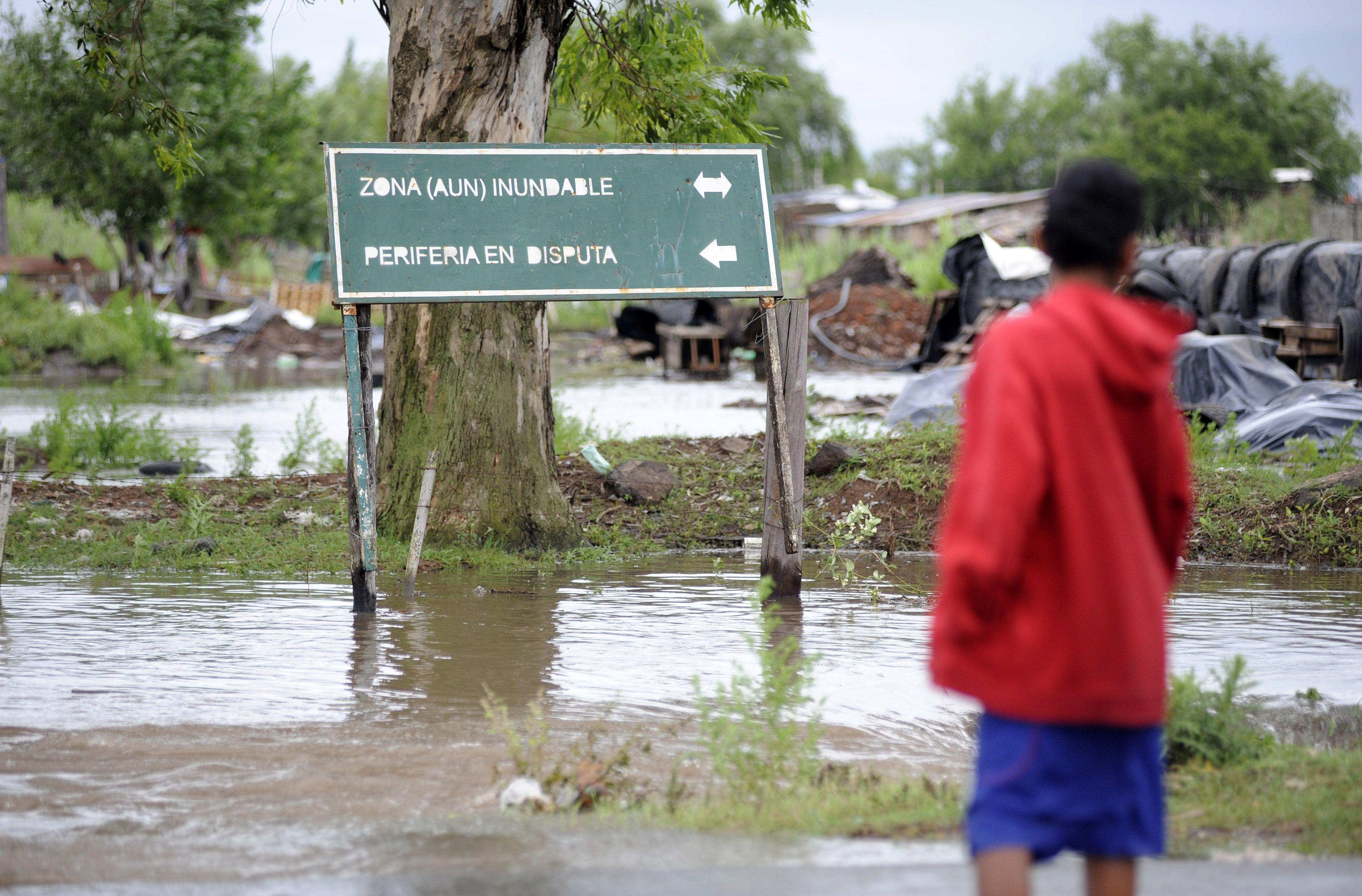 La fuerte tormenta de viento y lluvia que azotó a la región causó pérdidas en los sectores de menores recursos. (Foto: Héctor Río)