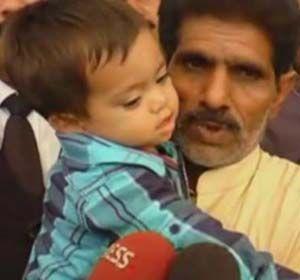 El bebé de 9 meses sale del tribunal junto a su abuelo.