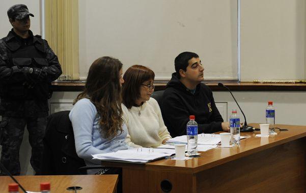 De policía a preso. El oficial Raúl Lacuadra junto a la defensora oficial y su asistente en la primera audiencia.