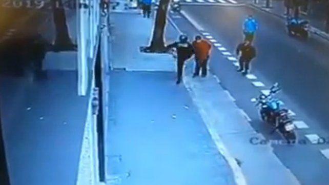 Un hombre murió tras recibir una patada en el pecho de un policía