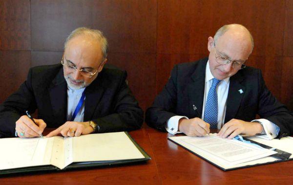 Memorandum. Los cancilleres Héctor Timerman y Ali Akbar Salehi en el momento de firmar el acuerdo por la Amia.