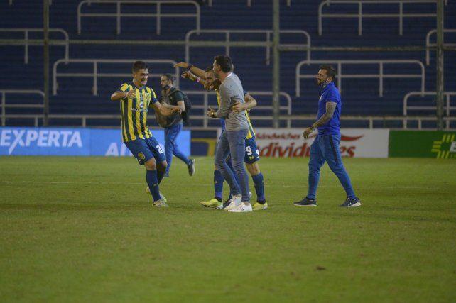 Martínez Dupuy se suma al festejo junto al Kily González y a Ruben ni bien terminó el derby ante Newells.