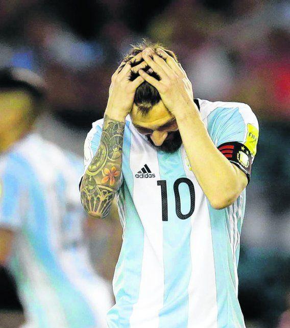 No lo puede creer. Messi se agarra la cabeza frente a Chile